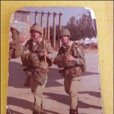 Militaria: FOTOGRAFIA SOLDADOS BRIGADA PARACAIDISTA, BOINA NEGRA, AÑOS 70/80, SALTO EN VALLADOLID. Lote 42439912