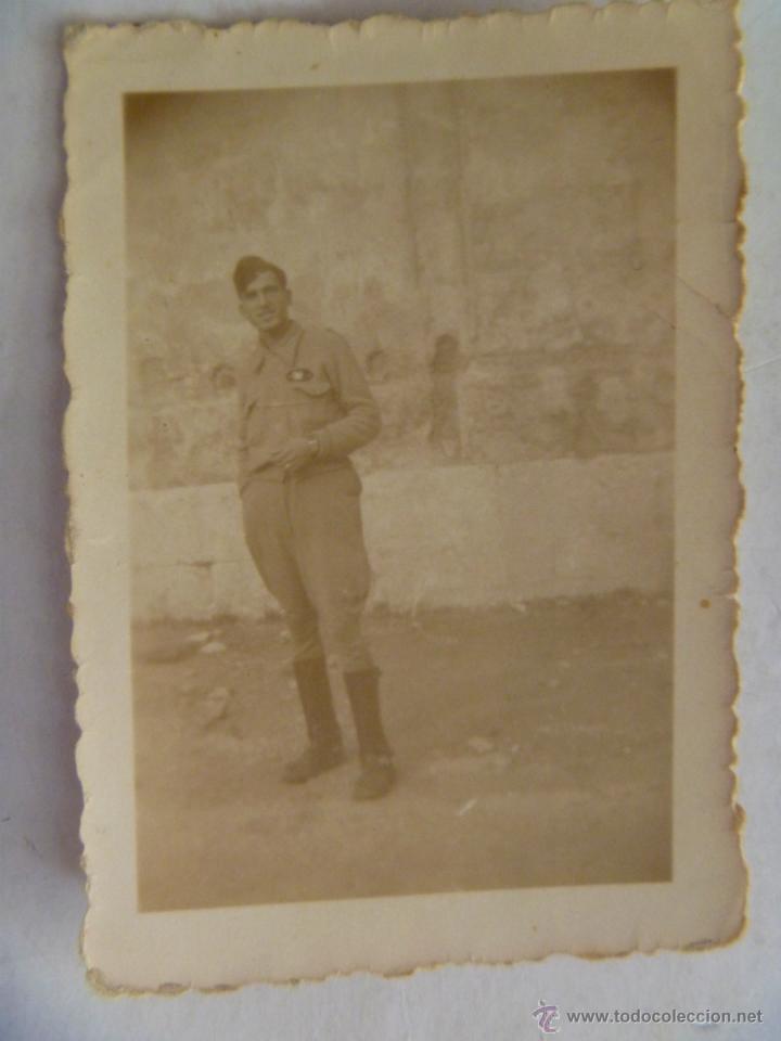 GUERRA CIVIL : SOLDADO CON GALLETA DE SANIDAD MILITAR (Militar - Fotografía Militar - Guerra Civil Española)