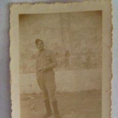 Militaria: GUERRA CIVIL : SOLDADO CON GALLETA DE SANIDAD MILITAR. Lote 42622812
