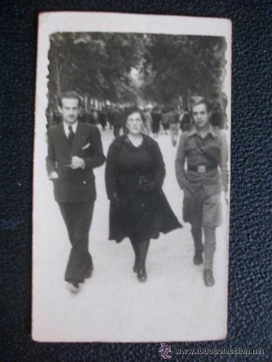 GUERRA CIVIL : COMBATIENTE NACIONAL CON DOS CIVILES. 5,5 X 9 CM (Militar - Fotografía Militar - Guerra Civil Española)