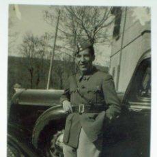 Militaria: FOTOGRAFÍA SOLDADO UNIFORME CON GORILLO CUARTELERO TRES ESTRELLAS APOYADO COCHE AÑOS 50. Lote 43766706