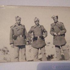 Militaria: FOTOGRAFIA POSTAL - 9X14 - 3 MILITARES - POSIBLEMENTE MOTORISTAS - CON GAFAS - SOLDADOS AÑOS 40 ??. Lote 43839005