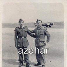 Militaria: TETUAN, 1950, DOS SOLDADOS DE AVIACION EN EL AERODROMO DE TETUAN,62X78MM. Lote 44016177