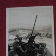 Militaria: FOTOGRAFIA MILITAR - SOLDADO MANIPULANDO CAÑON DE LARGO ALCANCE. Lote 44139188