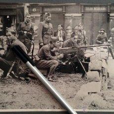 Militaria: FOTOGRAFÍA ORIGINAL GUERRA CIVIL. 1937. MILITARES LEALES A LA REPUBLICA, CALLE DE BARCELONA. Lote 44226337