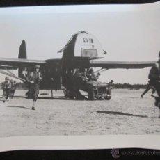 Militaria: ANTIGUA FOTOGRAFÍA AVIACIÓN. 25X20CM. JEEP CARGADO CON SOLDADOS ARMADOS SALE DE UN CG-13, PLANEADOR. Lote 44459132