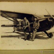 Militaria: FOTOGRAFIA MILITAR, ANTIGUA, OFICIAL, FUERZA AEREA, PILOTOS, AVION STINSON, AVIACION, ESPAÑA 1950S. Lote 44701774
