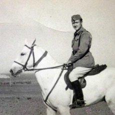 Militaria: FOTOGRAFIA MILITAR, ANTIGUA, A CABALLO, VILLA SANJURJO, ISLA DE ALHUSEMAS, MARRUECOS, 1948. Lote 44927632