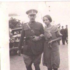 Militaria: GUERRA CIVIL ESPAÑOLA,FOTOGRAFIA COMANDANTE DE REGULARES DE CEUTA CON NIÑA Y COCHE ANTIGUO.1937. Lote 44972582