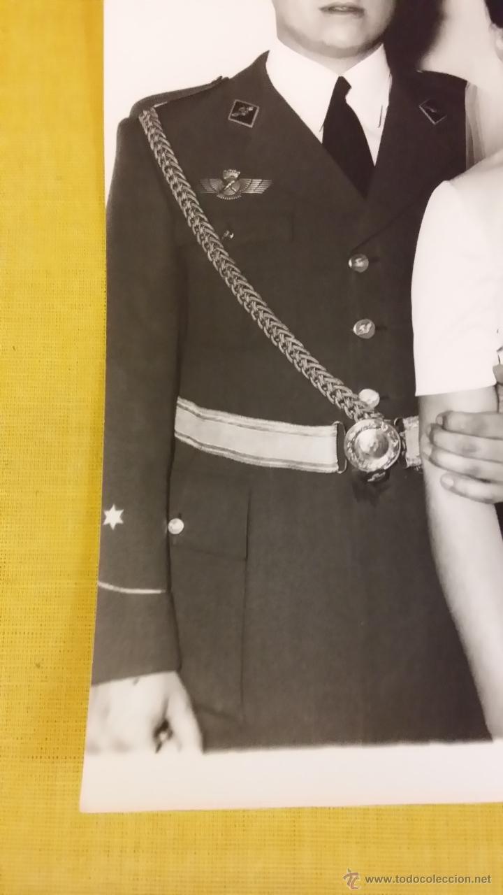 Militaria: OFICIAL PILOTO EJERCITO DEL AIRE, alferez, dia boda, ROKISKI. CORREAJE, epoca Franco - Foto 2 - 45024223