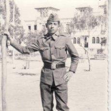 Militaria: FOTOGRAFIA MILITAR - SOLDADO EN ROPA DE FAENA . Lote 45206506