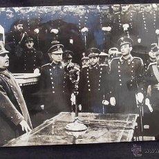Militaria: FOTOGRAFIA DE PRENSA DE FRANCO REUNIDO CON ALTOS CARGOS DEL EJERCITO. ORIGINAL DE ÉPOCA. Lote 45869535