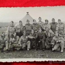 Militaria: FOTO SOLDADOS EN CAMPAMENTO MILITAR POR MANIOBRAS AÑOS 50, EJERCITO TIERRA ESPAÑA. Lote 46112923