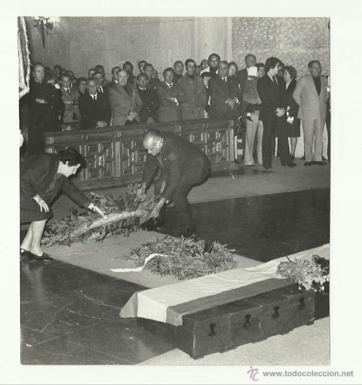 FALANGE. PILAR PRIMO DE RIVERA, EN LA TUMBA DE JOSÉ ANTONIO. 1974. (Militar - Fotografía Militar - Otros)
