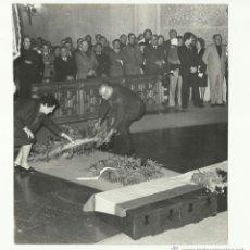 Militaria: FALANGE. PILAR PRIMO DE RIVERA, EN LA TUMBA DE JOSÉ ANTONIO. 1974.. Lote 46153315