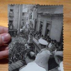 Militaria: ANTIGUA FOTOGRAFIA DE FRANCO, PUEBLO CATALAN, FOTOGRAFO CARLOS PEREZ DE ROZAS. Lote 46255767