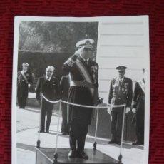 Militaria: FOTO DE UN ALMIRANTE EN LA ESCUELA DE SUBOFICIALES. EPOCA FRANCO. 16 X 11,5 CTMS.. Lote 46416776