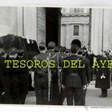 Militaria: FOTOGRAFIA DEL CAUDILLO, FRANCISCO FRANCO EL GENERALISIMO, ANTE EL CUERPO MUERTO DE JOSE ANTONIO PRI. Lote 46442970