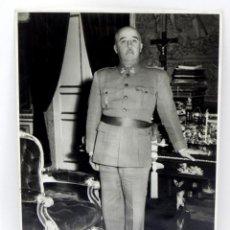 Militaria: FOTOGRAFIA DE EL GENERALISIMO FRANCISCO FRANCO EN SU DESPACHO, FOTO ZEGRI, MIDE 17,2 X 12,2 CMS. EL . Lote 46443768