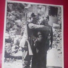 Militaria: 18X24 RARA FOTO ALEMANA GUERRA CIVIL MILITAR NACIONAL REENCUENTRA MADRE TRAS LIBERACION MALAGA 1936. Lote 46652804