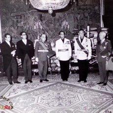 Militaria: MILITARES CON EL GENERALASIMO FRANCO, PALACIO DEL PARDO, MEDIDAS 25,5 X 20,5 CM. Lote 46789014