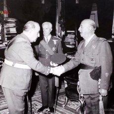 Militaria: MILITARES CON EL GENERALASIMO FRANCO, PALACIO REAL, MEDIDAS 25,5 X 20,5 CM. Lote 46789035