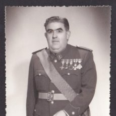 Militaria: *** FOTO DE COMANDANTE DE LA GUARDIA CIVIL CONDECORADO CON 5 MEDALLAS. 1961 GIJÓN ***. Lote 47982995