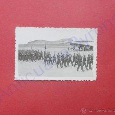 Militaria: FOTOGRAFÍA ANTIGUA ORIGINAL. DESFILE MILITAR. AEROPUERTO. GANDO. GRAN CANARIA. (9 X 6 CM). Lote 48239581