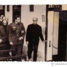 Militaria: FOTOGRAFIA DEL PRINCIPE DON JUAN CARLOS DE BORBÓN CON UNIFORME DE AVIACIÓN Y EN UNA CAPILLA.. Lote 48415175