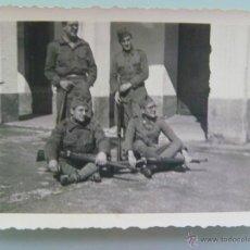 Militaria: GUERRA CIVIL : MILITARES ARMADOS DESANSANDO . FOTO ROS , CEUTA. Lote 48573608