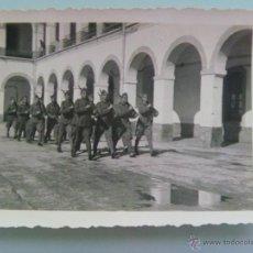 Militaria: GUERRA CIVIL : MILITARES ARMADOS HACIENDO LA INSTRUCCION . FOTO ROS , CEUTA. Lote 48580166