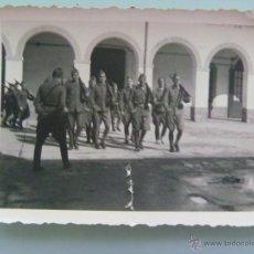 Militaria: GUERRA CIVIL : MILITARES ARMADOS HACIENDO LA INSTRUCCION . FOTO ROS , CEUTA. Lote 48580747