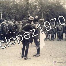Militaria: SEVILLA,1922,ALFONSO XIII IMPONIENDO LA DOBLE LAUREADA DE SAN FERNANDO AL CAPITAN VARELA, HISTORICA. Lote 48866363
