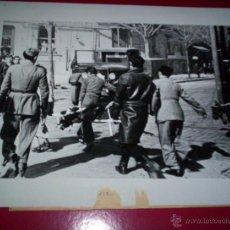 Militaria: GRAN FOTO ORIGINAL 18 X 23 CM. BOMBARDEOS BARCELONA GUERRA CIVIL MILITAR TRANVIA DORSO TEXTO PRENSA. Lote 49309827