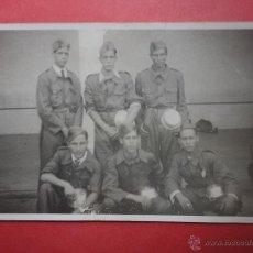Militaria: FOTOGRAFÍA. MILITARES CON CAZUELA METÁLICA (14 X 9 CM). Lote 50148283
