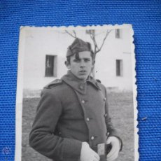 Militaria: FOTOGRAFIA DE ESTUDIO DE 6X8.5 CM - SOLDADO CON ABRIGO. Lote 50377681