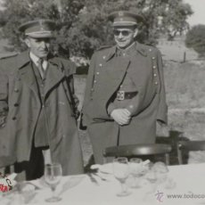 Militaria: FOTOGRAFÍA - CABALLERÍA - CARLOS KILPATRICK O'DONNELL CON UN GENERAL1956 - MEDIDAS 11,5X9CM. Lote 50378795