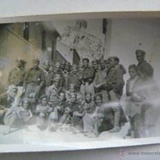 Militaria: GUERRA CIVIL : MILITARES DE SANIDAD EN UN PUEBLO DETRAS CASTILLO , ¿ BELMEZ ? , CENSURA FOTOGRAFICA. Lote 184015636