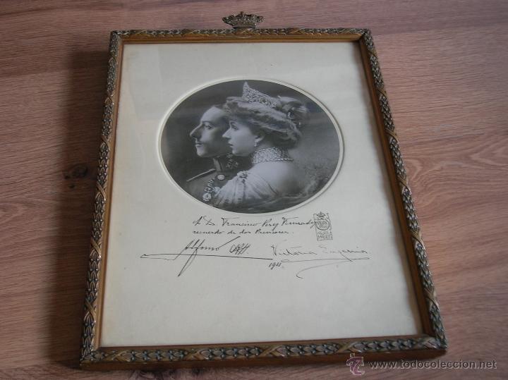 Militaria: GRAN RETRATO DE KAULAK DE ALFONSO XIII Y VICTORIA EUGENIA. FIRMADO Y DEDICADO POR LOS REYES EN 1911. - Foto 2 - 50793627