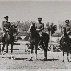 Militaria: FOTOGRAFÍA EQUITACIÓN MILITAR - CARLOS KIRKPATRICK O'DONNELL JUNTO A OFICIALES - 11X8CM. Lote 50993715