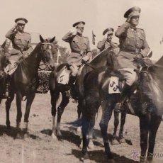 Militaria: FOTOGRAFÍA MILITAR, OFICIALES DE CABALLERÍA, A CABALLO - 18 X 12CM. Lote 51044913