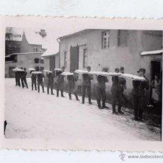 Militaria: FOTOGRAFIA DE SOLDADOS DEL RAD TRANSPORTANDO COMIDA. Lote 51059301