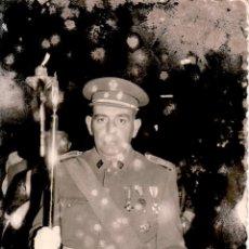 Militaria: FOTOGRAFIA MILITAR 9X14 CM - TENIENTE CORONEL CONDECORADO - FOTO GUERRERO CEUTA - CON DEFECTOS. Lote 51124806