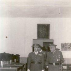 Militaria: FOTOGRAFIA MILITAR 9X14 CM - TENIENTE CORONEL INGENIEROS Y OTROS - FOTO DEL MORAL CEUTA. Lote 51125055