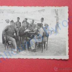 Militaria: FOTOGRAFÍA ORIGINAL. GUERRA CIVIL. MILITARES BEBIENDO (9 X 6 CM). Lote 137560622