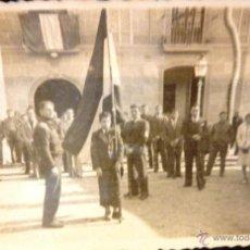 Militaria: BANDERA NACIONAL EN LA PLAZA AYUNTAMIENTO ENERO 1939 . GUERRA CIVIL . ALELLA. Lote 51530141