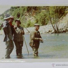 Militaria: FOTOGRAFIA DE EL GENERALISIMO, FRANCISCO FRANCO EN UN DIA DE PESCA DEL SALMON, MIDE 18 X 12 CMS, EXC. Lote 51643569