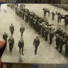 Militaria: FOTOGRAFIA GRANDE ORIGINAL EL REY JUAN CARLOS PASANDO REVISTA A LAS TROPAS AÑOS 70/80 TRANSICION. Lote 51928287