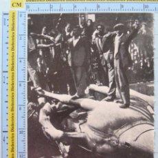 Militaria: RECORTE FOTO POLÍTICO MILITAR. MAYO 1931 II REPÚBLICA, MADRILEÑOS DESTRUYEN ESTATUAS BORBONES D2. Lote 52020874