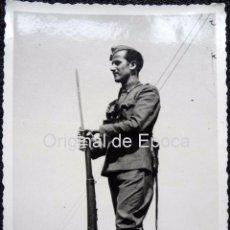Militaria: (JX-101)FOTOGRAFIA DE SOLDADO DE GUARDIA EN EL CASTILLO DE MONTJUICH,CAPELLA COMISARIO POLITICO G.C.. Lote 52158929